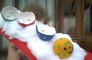 Rups van eierschillen met tuinkers
