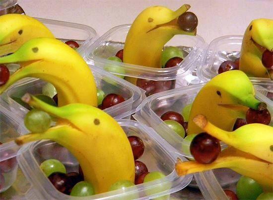 Traktatie banaan dolfijn met druifjes