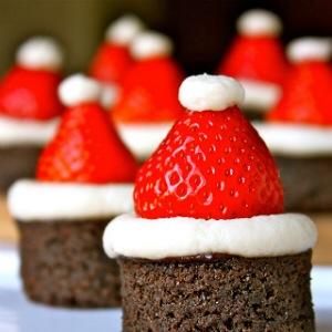 Kerstman van brownie en aardbei